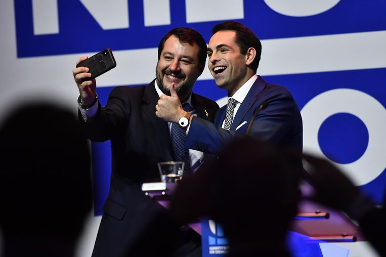 De Italiaanse rechts-populistische politicus Matteo Salvini maakt een selfie met Vlaams Belang-voorzitter Tom Van Grieken.
