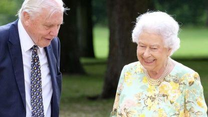 Grappende Queen Elizabeth showt haar tuinen aan David Attenborough