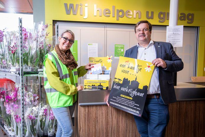 Mathieu Leefland bij de eerste box met kaarten in supermarkt Plus van der Meer aan de Nolenslaan.