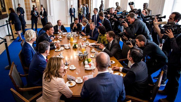 Alle lijsttrekkers van de Tweede Kamer aan tafel bij Kamervoorzitter Arib op de dag na de verkiezingen in maart. Beeld Freek van den Bergh / de Volkskrant