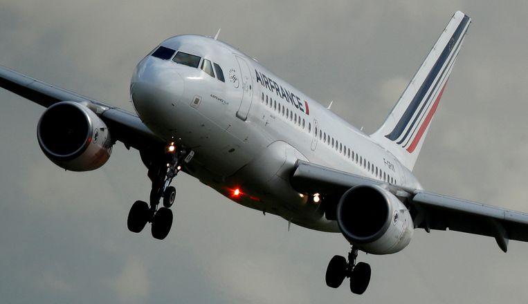 Een Airbus A319-111 van Air France gaat landen op luchthaven Charles de Gaulle bij Parijs.  Beeld REUTERS
