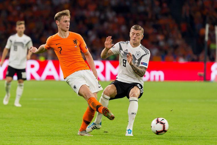 Frenkie de Jong passt voor Toni Kroos kan ingrijpen. Op de achtergrond Joshua Kimmich.  Beeld Getty Images