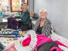 Hofnaaisters Margriet en Nel kleden Prins Carnaval in Zwolle... zonder te weten wie het is
