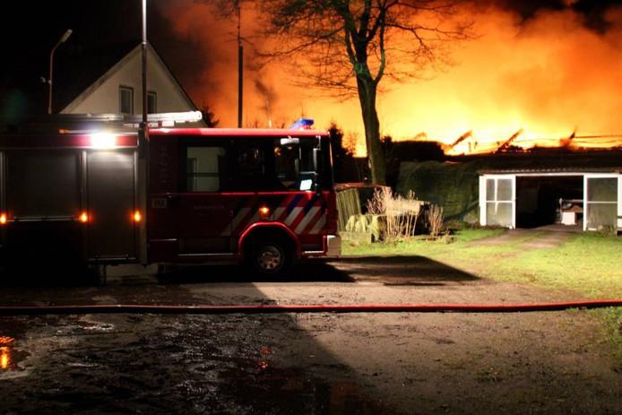 De brandweer had veel moeite het vuur onder controle te krijgen aan de Huinerenkweg in Putten, 25 maart 2015. foto AS Media