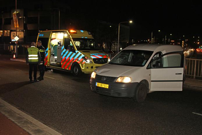 De voetganger werd aangereden door het bestelbusje en raakte gewond. Hij is met spoed naar het ziekenhuis gebracht.