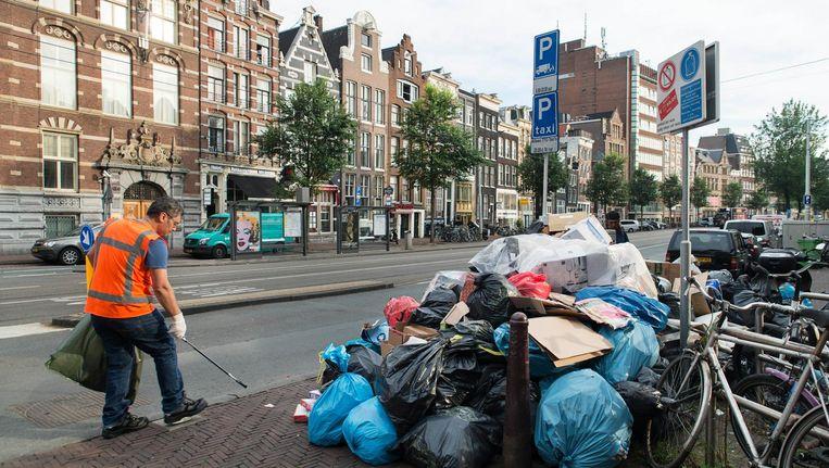Vuil op de Nieuwezijds Voorburgwal. De gemeente wil in Centrum containers plaatsen zoals in de rest van de stad. Beeld Charlotte Odijk