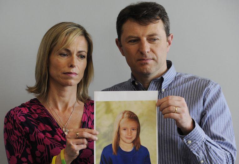 Kate (l) en Gerry McCann, met een foto waarop een 'ouder gemaakte' Maddie staat. Beeld epa