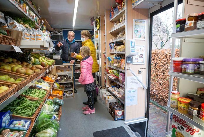 SRV-man Hans van Steen helpt in Molenschot een klant en haar kleindochter in zijn wagen.