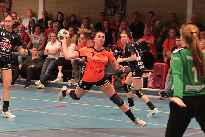 Laura Deijk probeert namens Voorwaarts te scoren tegen VOC.