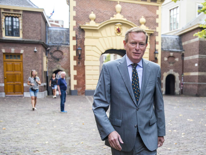 Minister Bruno Bruins voor Medische Zorg (VVD) loopt richting de ministerraad