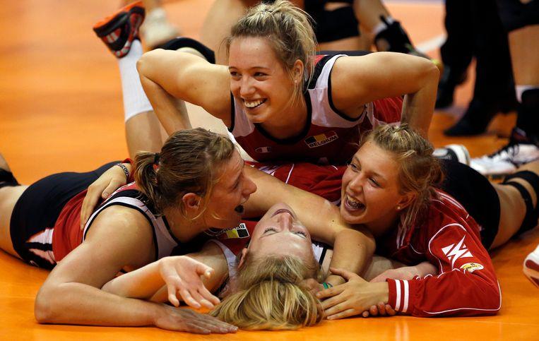 Hélène Rousseaux viert met haar ploegmaats nadat ze brons wonnen op het EK in 2013.