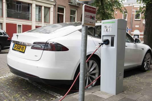 Een Tesla wordt opgeladen in Utrecht
