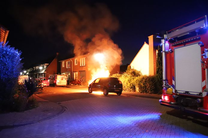 Auto in brand aan de Tulpstraat in Tiel.