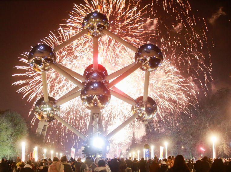 Vuurwerk aan het Atomium luidt het nieuwe jaar 2018 in.