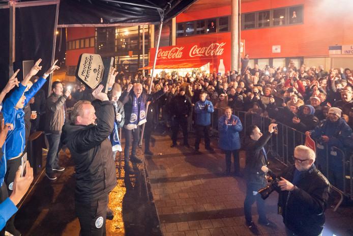 Supporters wachtten de spelers van FC Den Bosch op na het veroveren van de periodetitel.