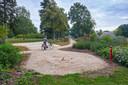 De voorbereidingen voor het herinneringsmonument Vlinderboek zijn getroffen in het Elzeneindpark in Oss.