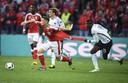 Paul Pogba trekt tijdens Frankrijk - Zwitserland op het EK het shirt aan flarden van Granit Xhaka.