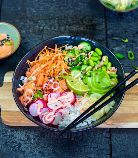 Wat Eten We Vandaag: kleurrijke poké bowl met zalm en sriracha-mayonaise