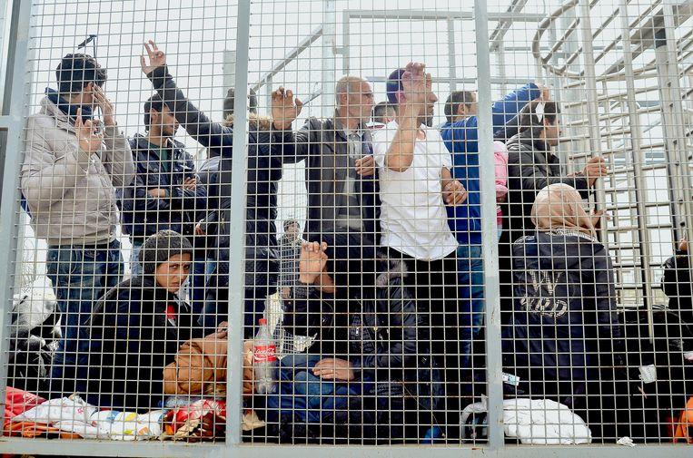 Hongarije houdt asielzoekers niet langer vast in omheinde transitzones.  Beeld AFP