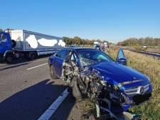 Automobilist botst door laagstaande zon achterop vrachtwagen met pech