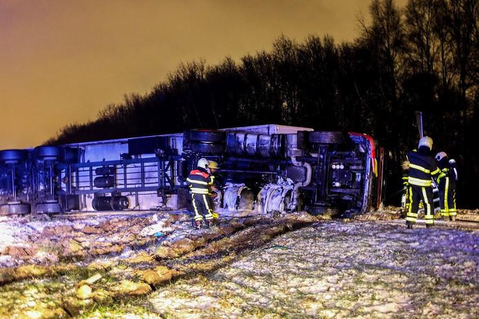 De gekantelde vrachtwagen op de A59 bij Made.