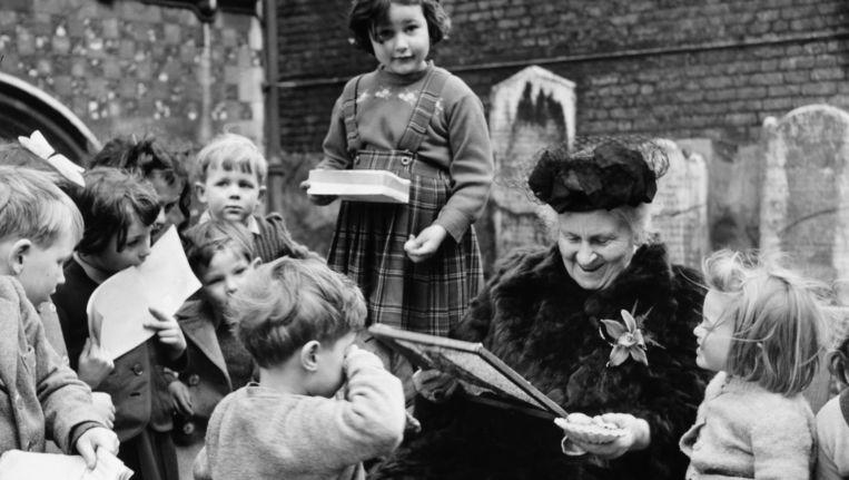 Maria Montessori geeft les op haar school in Smithfield, Londen in 1951. Beeld Getty