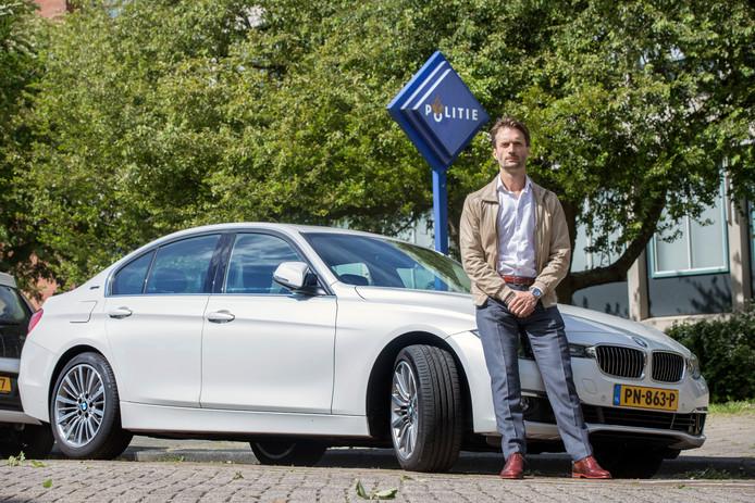 Advocaat Sébas Diekstra bij zijn BMW, die een paar maanden geleden door criminelen onder handen werd genomen. ,,Echt heel irritant.''