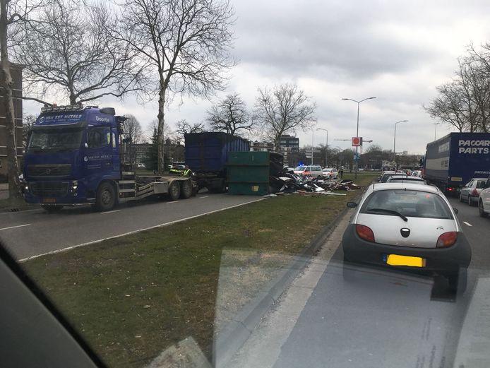 De vrachtwagen en de container blokkeerden de weg voor doorgaand verkeer.