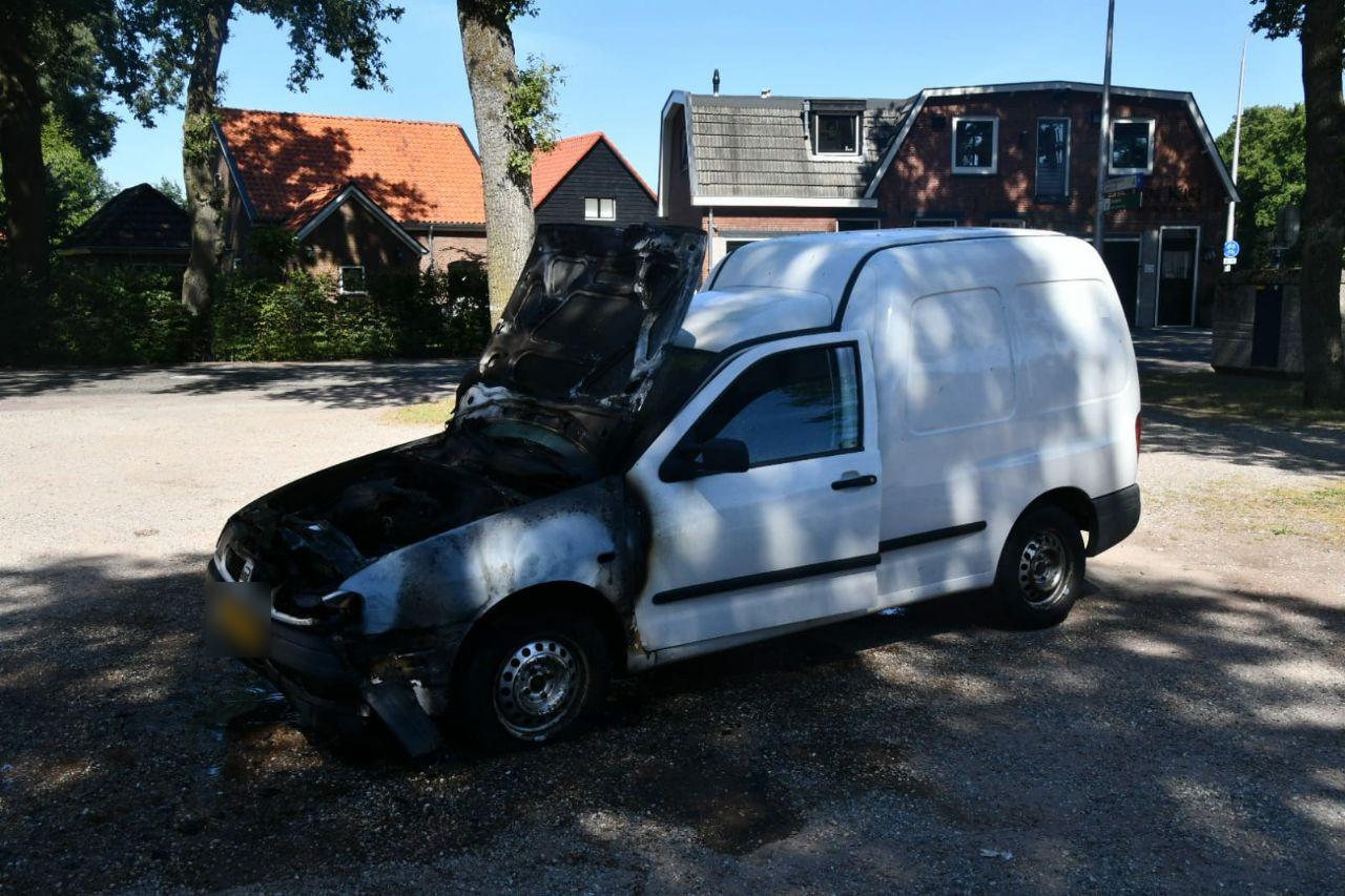 De auto na de brand. De schade is aanzienlijk.