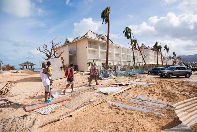 Bewoners van Sint Maarten lopen door het puin.