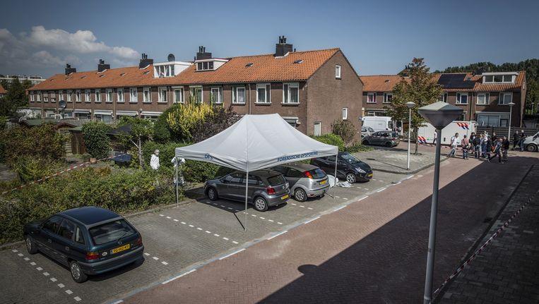 Politieonderzoek op het Pisuissehof in Amsterdam-Osdorp, waar de doodgeschoten Massod Amin-Hosseini werd gevonden. Beeld Dingena Mol