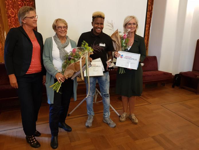 Vlogger Mo Omar krijgt de Vredesprijs voor zijn vrijwilligerswerk in de wijk Haagse Beemden.