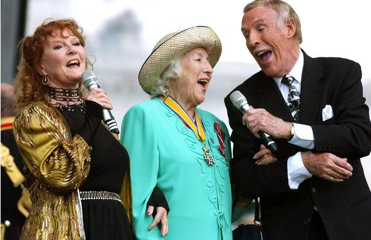 Vera Lynn met Petula Clark en Bruce Forsyth tijdens de 'Recollections of World War II Commemoration Show' in 2005.  Beeld WireImage