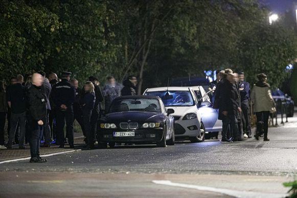 De geparkeerde BMW Z3 van het slachtoffer, met daarachter de wagen van de buurtbewoonster die het slachtoffer zag liggen.