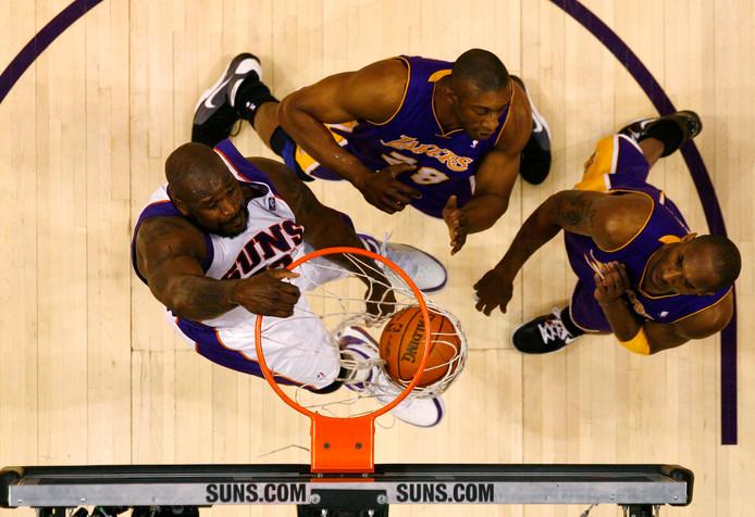 Didier Mbenge (m) met Kobe Bryant (r) en Shaquille O'Neal