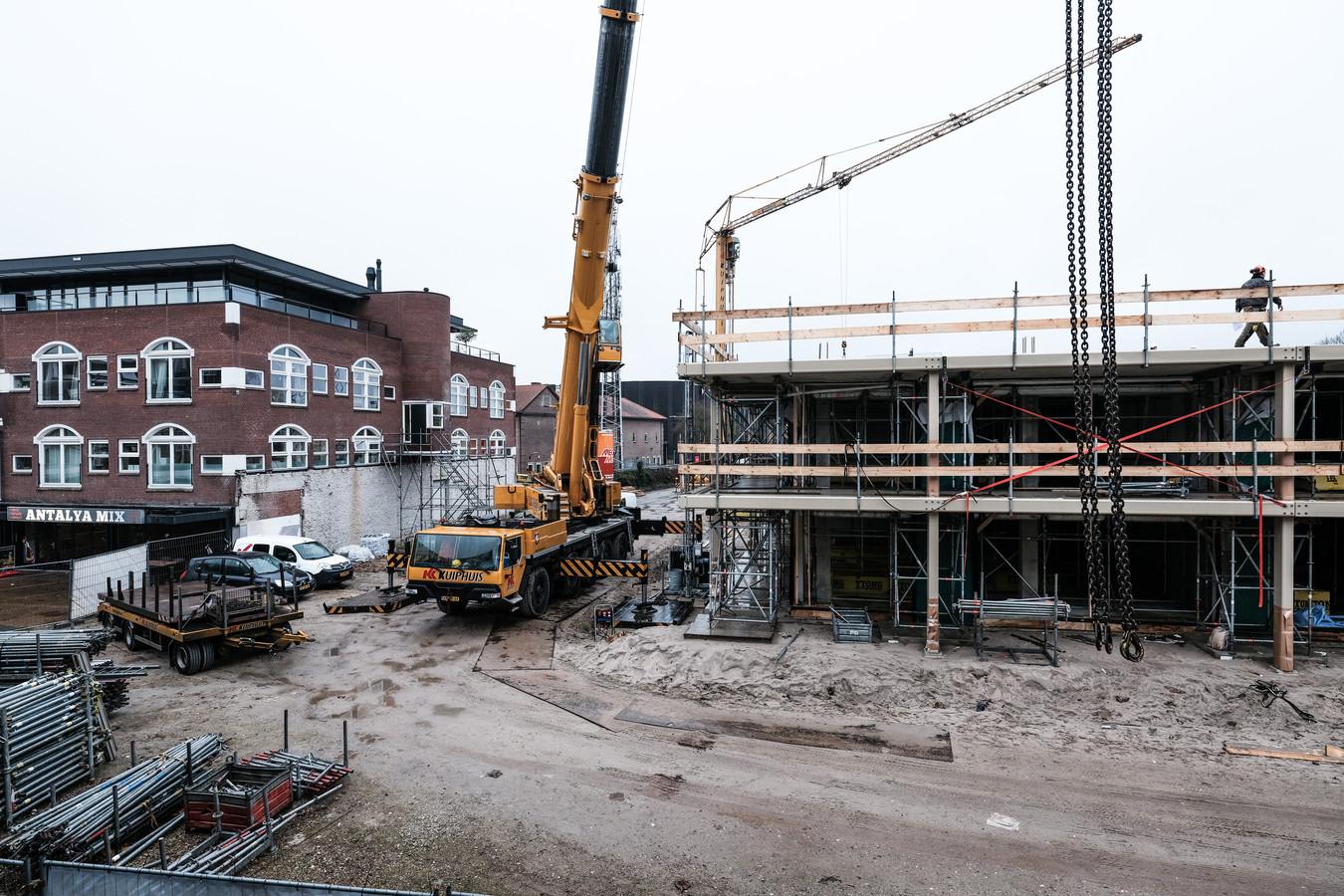 De bevolkingstoename in Doetinchem is onder meer het gevolg van de bouw van de wijken Iseldoks en Wijnbergen. Op De Veentjes (zie foto), nabij het stadscentrum, verrijst op dit moment bovendien een complex met 75 appartementen. Foto: Jan Ruland van den Brink