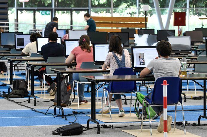 À l'UCLouvain, un hall d'athlétisme quasi vide accueille les étudiants en examen.