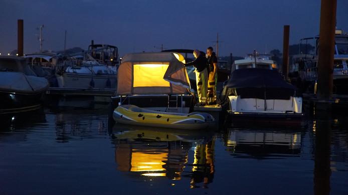 De brandweer heeft in de jachthaven van Deventer een boot leeggepompt.moest de boot in