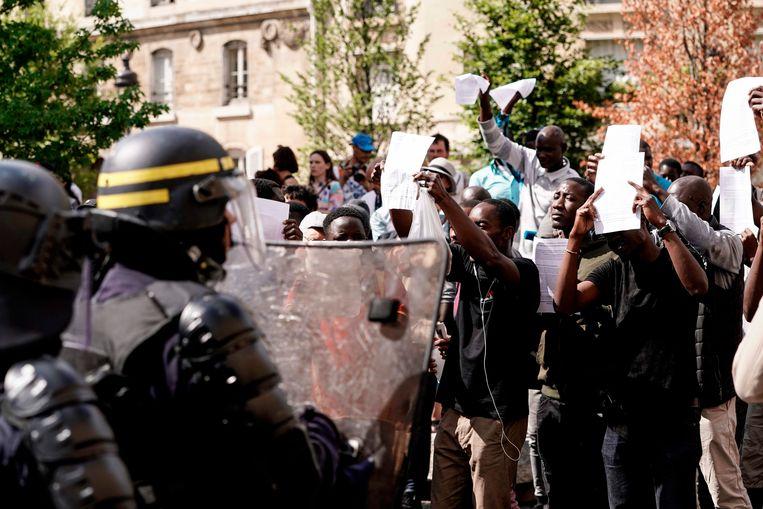 Een grote groep migranten heeft het monumentale Panthéon in Parijs bestormd en houdt een deel bezet. Ze willen niet weggaan voordat ze papieren hebben gekregen waarmee zij in Frankrijk mogen blijven.