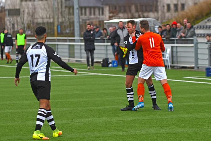 Stijn Biemans (links) wordt bij de keel gegrepen door Irene'58-speler Jacco van Laarhoven. Uitgerekend Biemans moest vertrekken met een rode kaart.