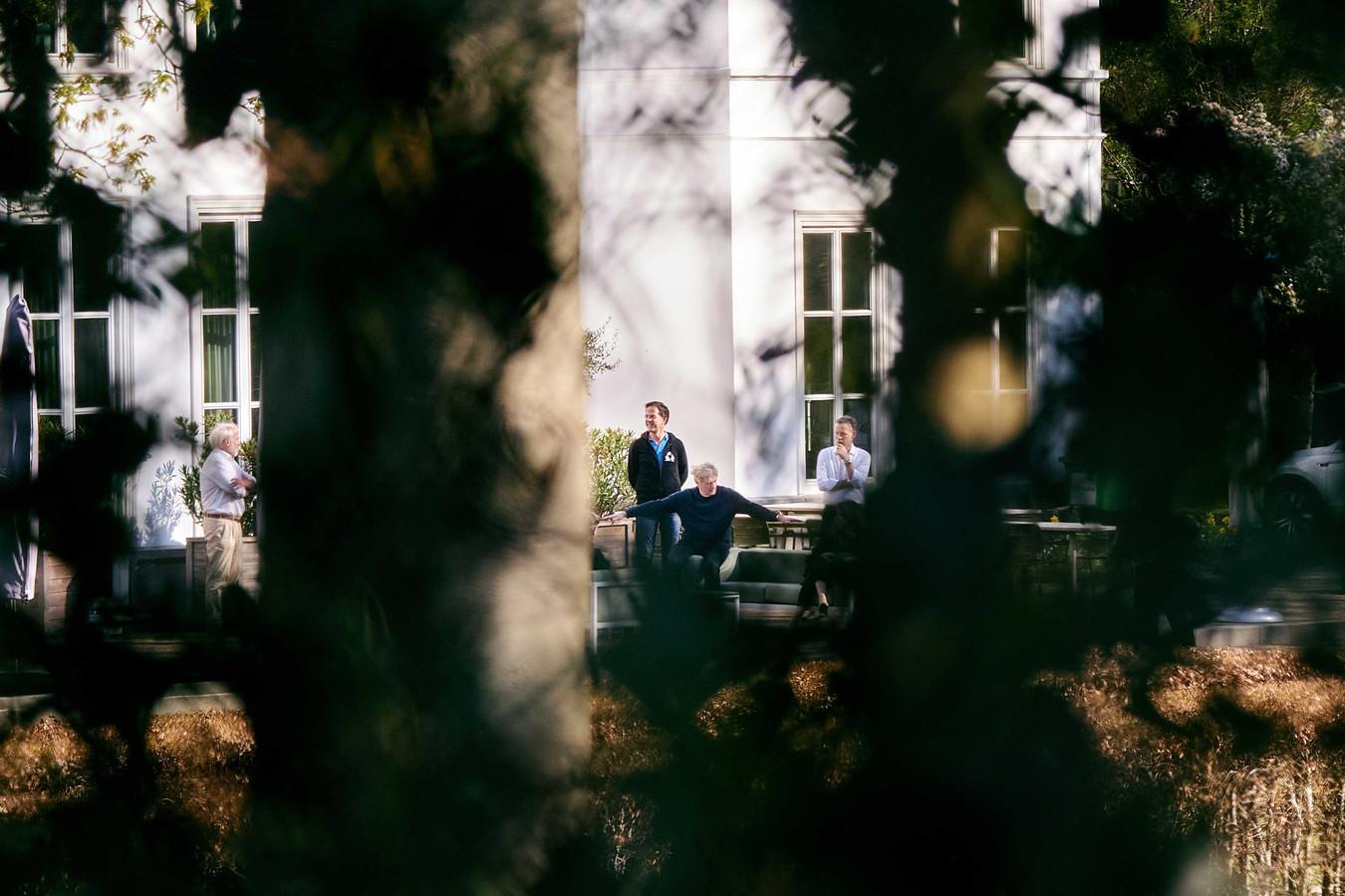 Jaap van Dissel van het RIVM (links), minister-president Mark Rutte en minister Martin van Rijn in de tuin van het Catshuis.