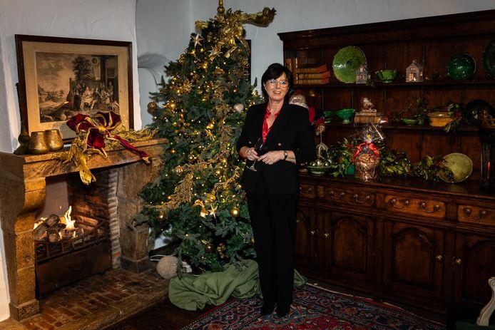 Ann Borgonjon in een kerstdecor.