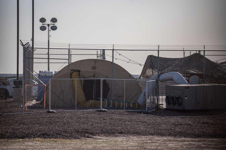 Een tijdelijke opvangfaciliteit aan de grenspost in Clint, Texas.