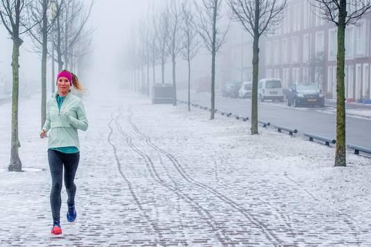 De winterse buien hebben delen van Nederland bedekt onder een witte deken. Sneeuw zorgt voor veel gladheid op de wegen. Sneeuw en ijzel bepalen het weerbeeld. Het KNMI heeft voor heel Nederland code geel afgegeven.