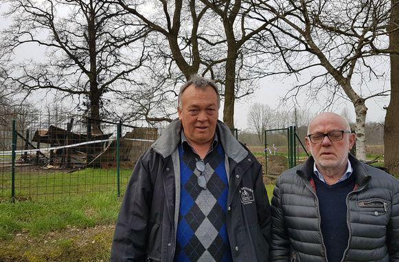 Fons Van Den Bergh en Michel Buyens op de plaats waar hun kot in vlammen opging.