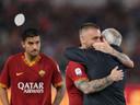 Een knuffel voor coach Claudio Ranieri.