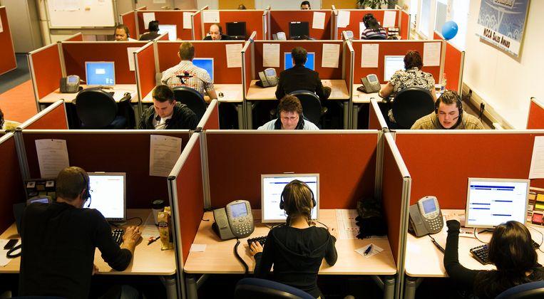Een callcenter, pre-corona. De medewerkers en de werkplek op deze foto komen niet voor in dit artikel.  Beeld ANP