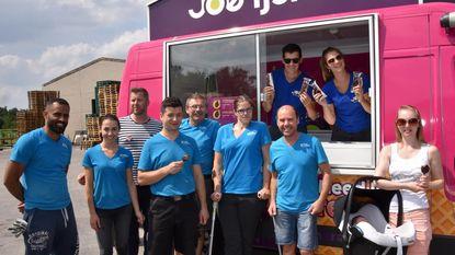 Joe trakteert werknemers Louis Blockx op muziek en ijs