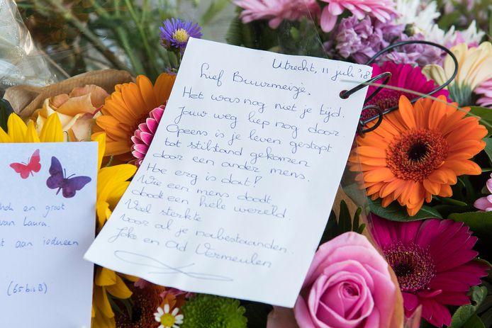 Bloemen en woorden voor Laura, bij de woning waar de 24-jarige studente om het leven is gebracht.