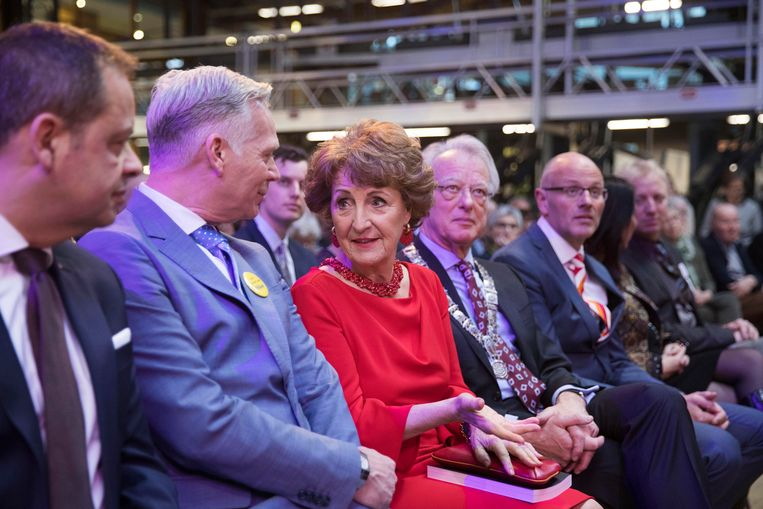 Prinses Margriet (midden) geflankeerd door hoofdredacteur Cees van der Laan (links) en burgemeester Jozias van Aartsen van Amsterdam (rechts).  Beeld werry crone
